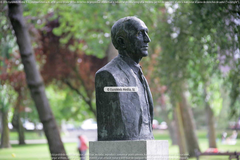Fotografía de Escultura «Monumento al pintor Nicanor Piñole» en Gijón. Asturias. España.