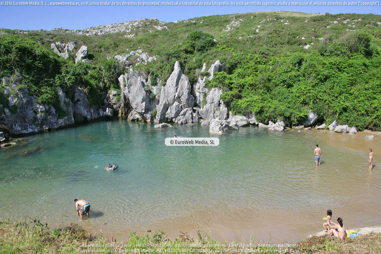 Fotografía de Playa Gulpiyuri en Llanes. Asturias. España.