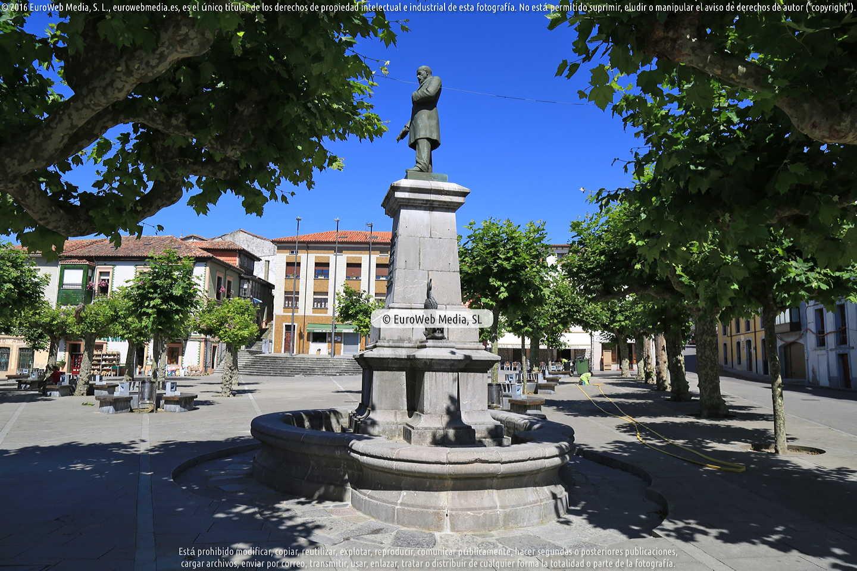 Fotografía de Escultura «Monumento a José Parres Piñera» en Llanes. Asturias. España.