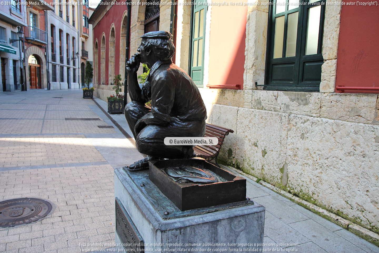 Fotografía de Escultura «El vendedor de pescado» en Oviedo. Asturias. España.
