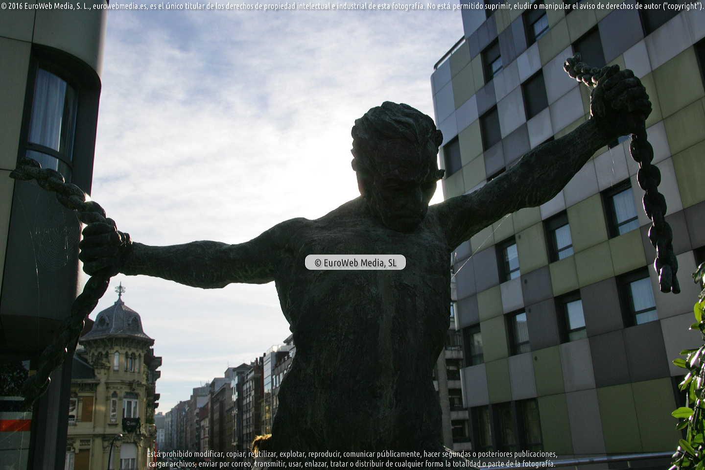 Fotografía de Escultura «Libertad» en Oviedo. Asturias. España.