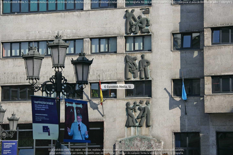 Fotografía de Escultura «Relieves del Instituto Nacional de Previsión» en Oviedo. Asturias. España.