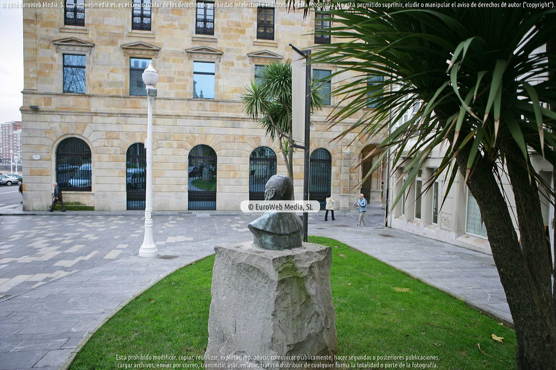 Fotografía de Escultura «Monumento al profesor José Miguel Caso» en Gijón. Asturias. España.