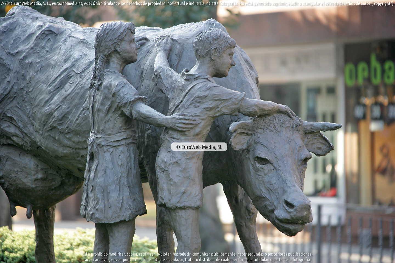Fotografía de Escultura «Adiós Cordera» en Oviedo. Asturias. España.