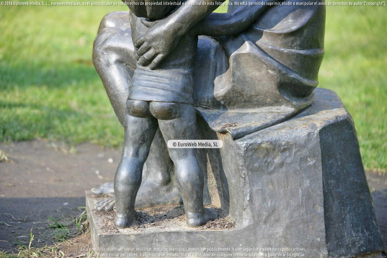 Fotografía de Escultura «Maternidad» (Oviedo) en Oviedo. Asturias. España.