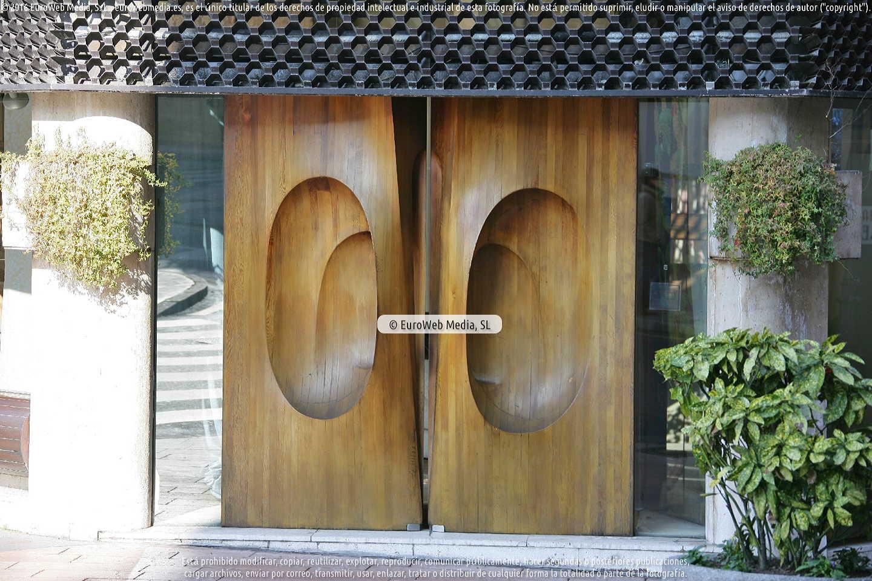 Fotografía de Escultura «Puertas de madera de Las Novedades» en Oviedo. Asturias. España.