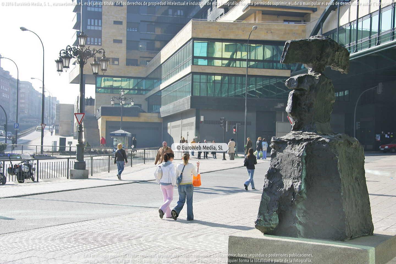 Fotografía de Escultura «Menina» en Oviedo. Asturias. España.