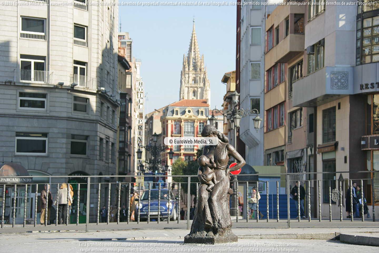 Fotografía de Escultura «La Encarna con chiquilín» en Oviedo. Asturias. España.