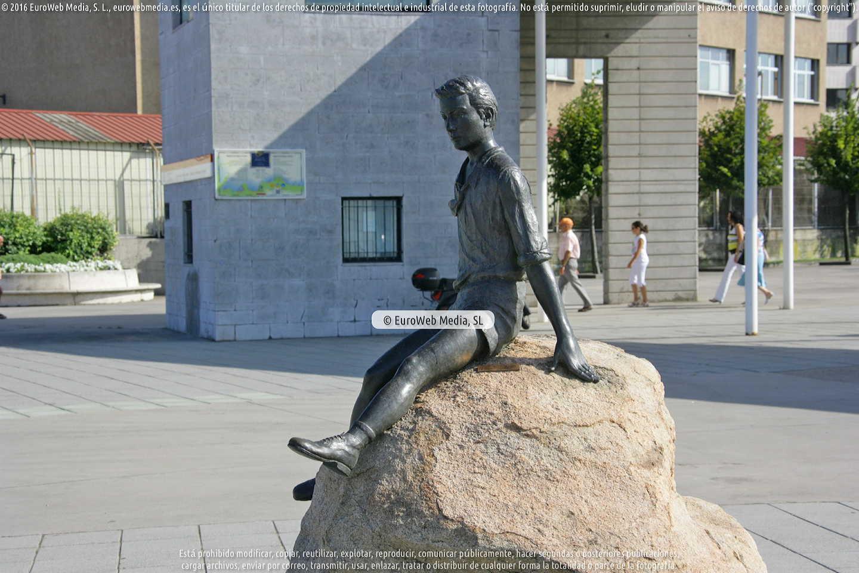 Fotografía de Escultura «Homenaje a los niños de la guerra» en Gijón. Asturias. España.