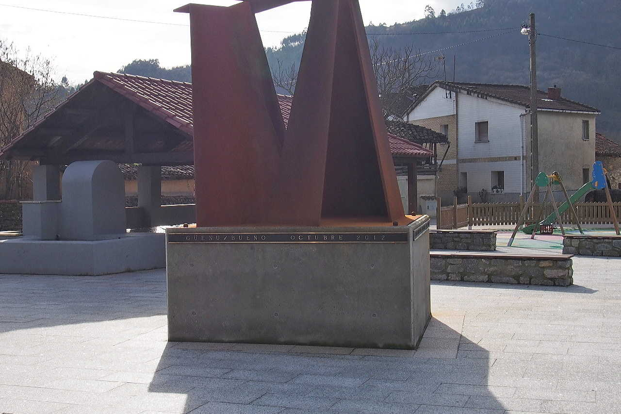 Fotografía de Escultura «Homenaje al hórreo asturiano» en Ribera de Arriba. Asturias. España.