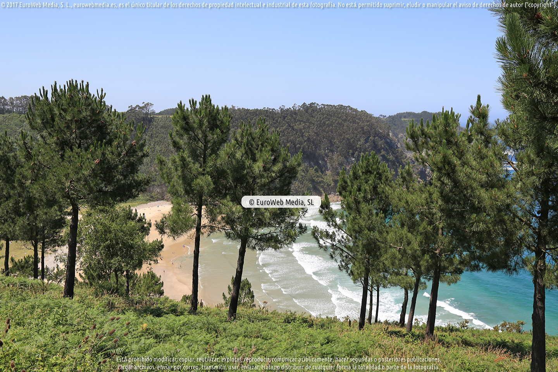 Fotografía de Playa de San Pedro - La Ribera o Playa de San Pedro de Bocamar en Cudillero. Asturias. España.